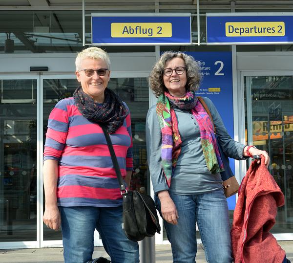 Brigitte Nachtmann-Leitl von der uvex safety group in Fürth und Frau Deckert von Firma Rupp+Hubrach Optik GmbH aus Bamberg kurz vor ihrem Flug nach Nepal.