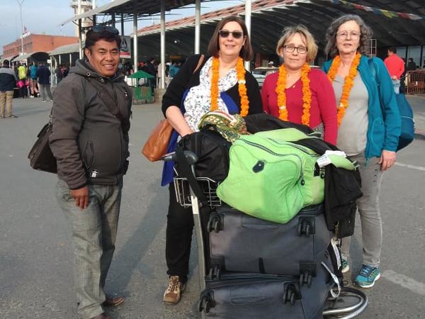 Jutta Deckert, Angela Burkhard-Maier und Silvia Bayreuther, Flughafen Nepal