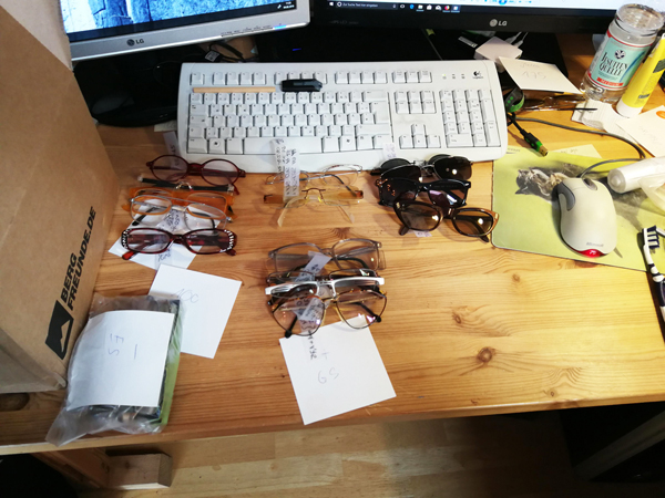 die Brillen reinigen, optisch prüfen und entsprechend katalogisieren